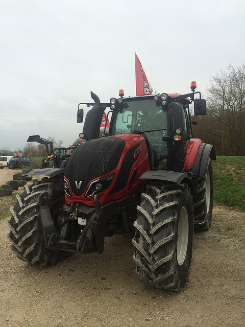 valtra t173 vs jd 6170M 15062607441694106