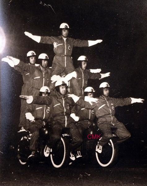 Création  des Premières acrobaties Motos en 1952 151231045927741258