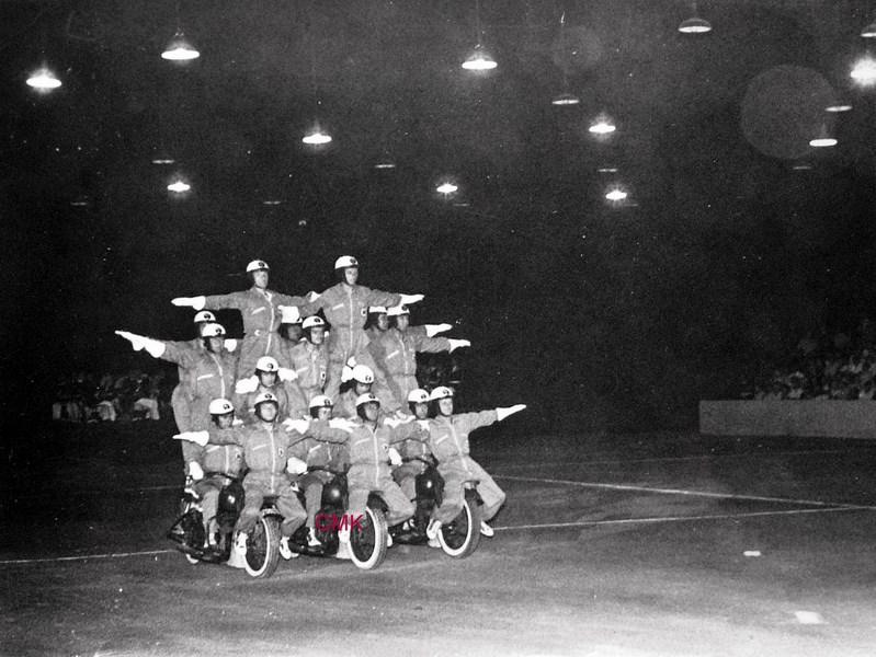 Création  des Premières acrobaties Motos en 1952 151231045929901361