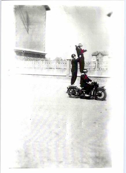 Création  des Premières acrobaties Motos en 1952 160812051610704823