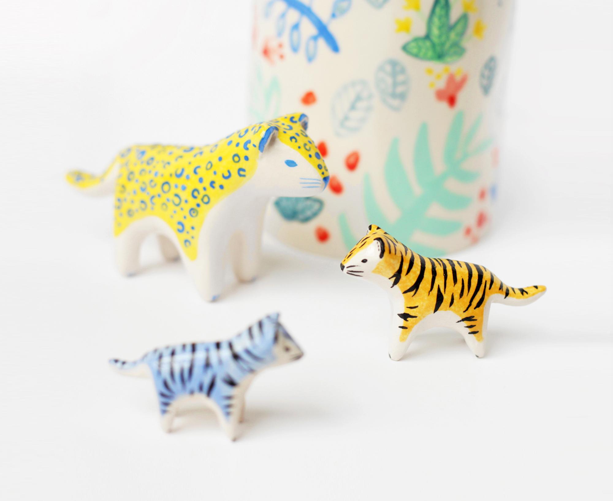 leopard et mini tigre devant bouteille